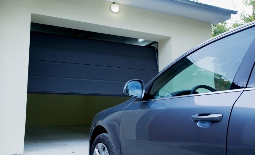 Puertas de garaje seccional en Carpintería de aluminio Bellavista en Barcelona